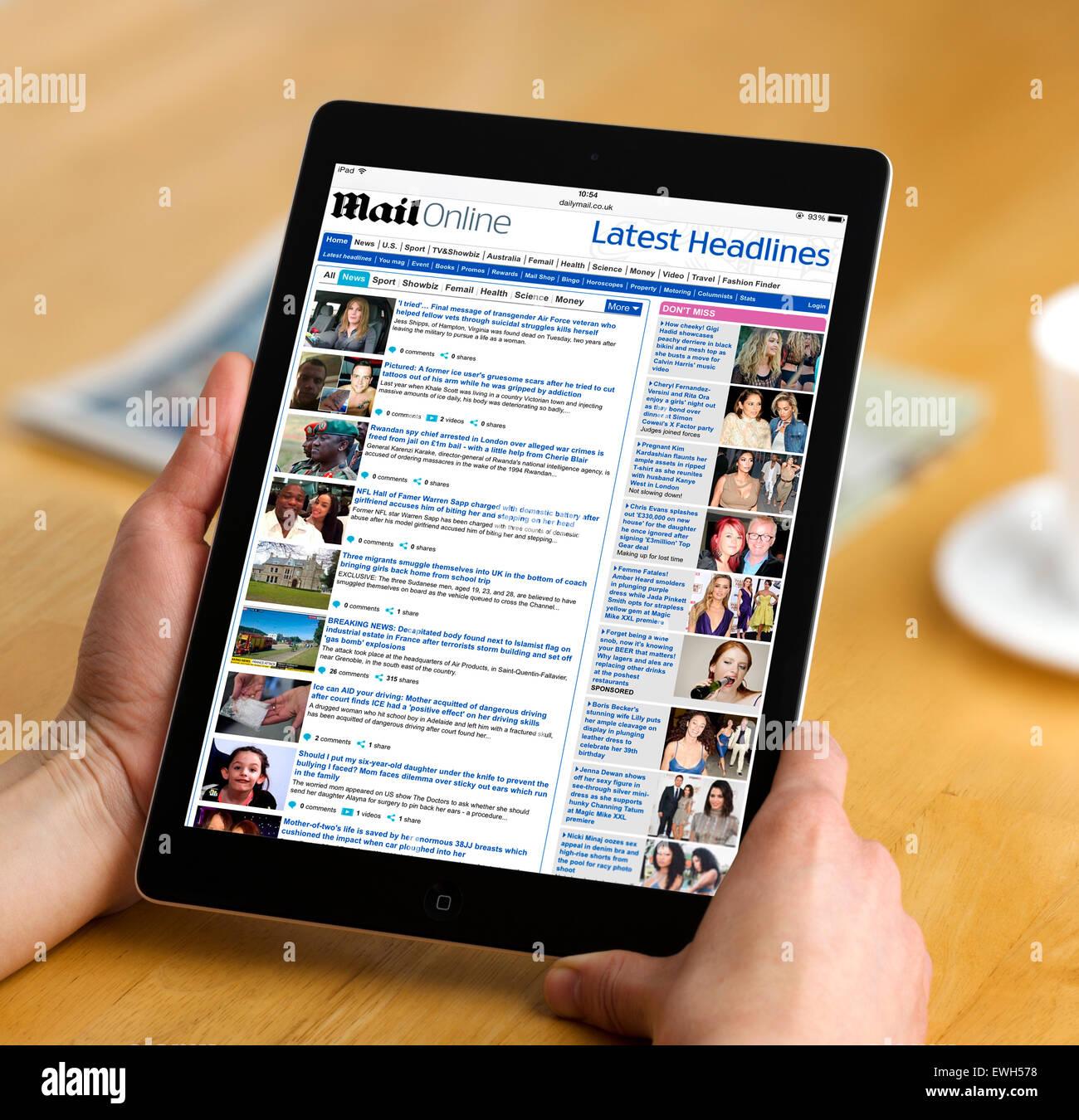 Leyendo el correo en línea, la edición Internet del diario Daily Mail, en un Apple iPad Air Imagen De Stock