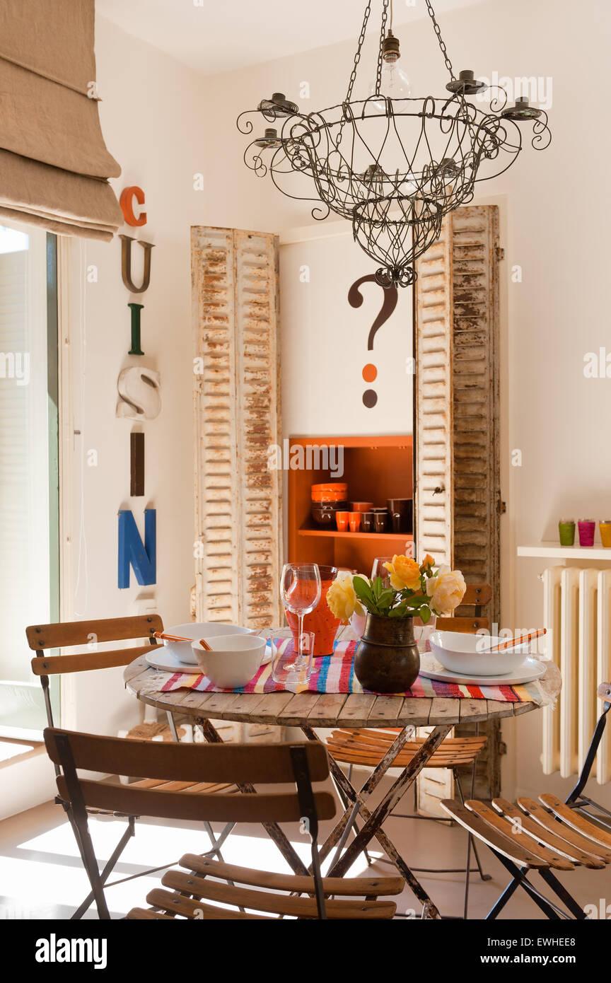 Cable francesa araña café encima de la mesa y las sillas en ...