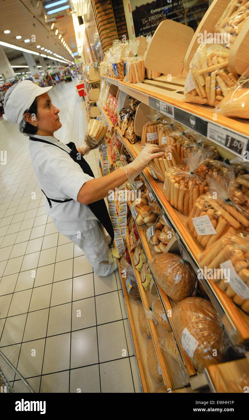 Señora que trabajaba, Eroski Super mercado Imagen De Stock