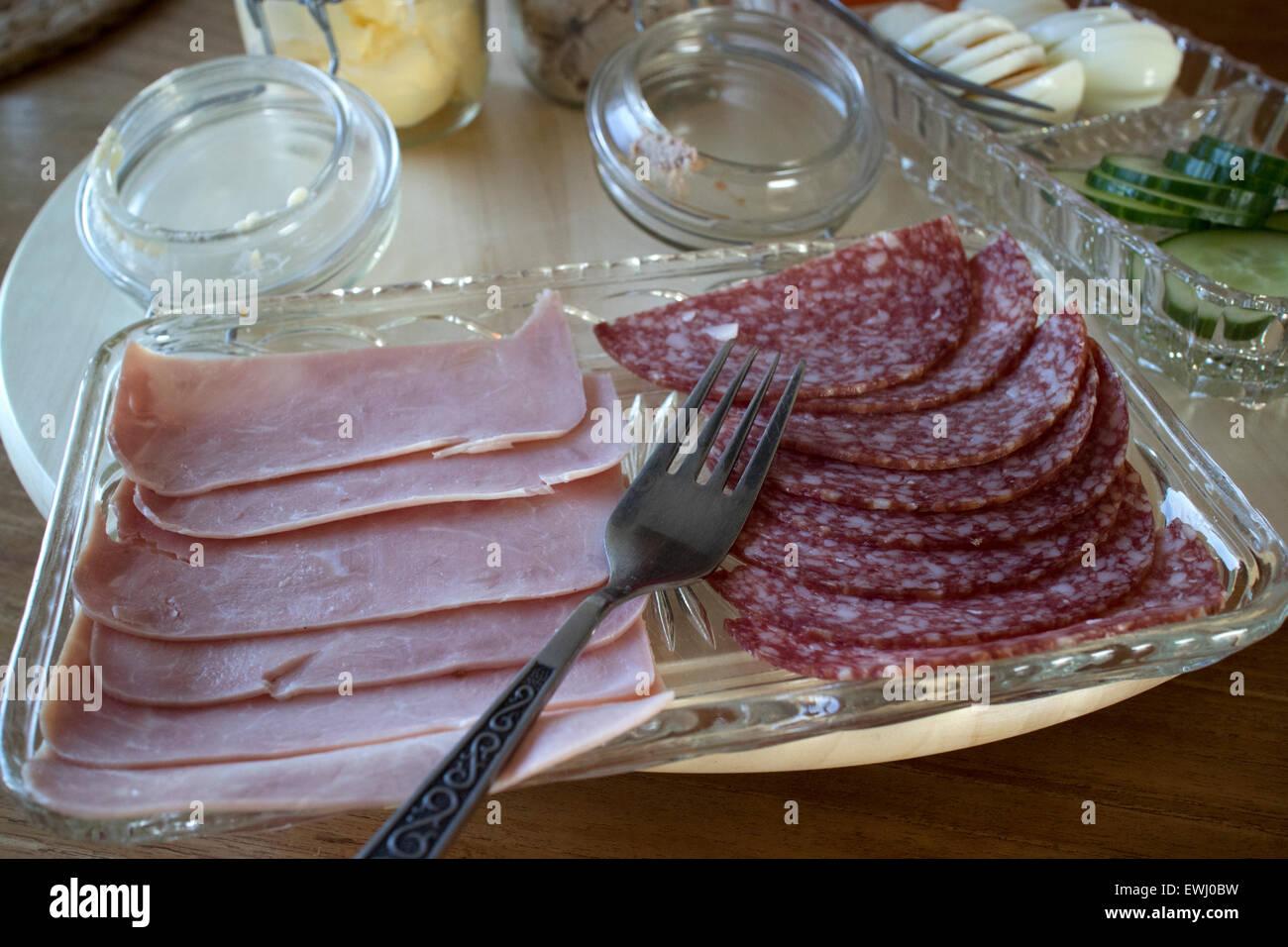 Selección de embutidos, jamón y salami, como parte de un desayuno continental en un guesthouse Islandia Imagen De Stock