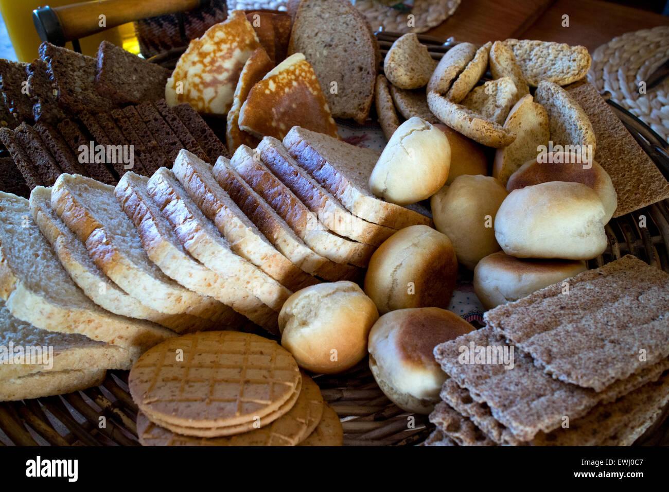 Selección de países nórdicos y panes islandesa dispuestos sobre una mesa en Islandia Imagen De Stock