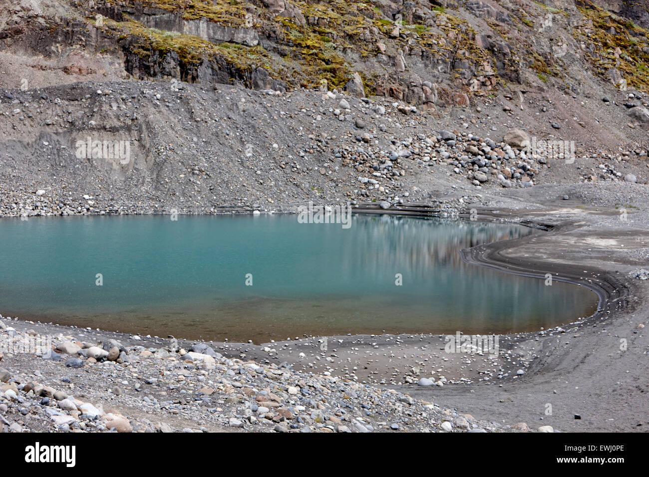 Hervidora agujero formaciones rocosas llenas con agua azul dejados por los glaciares de Islandia Imagen De Stock