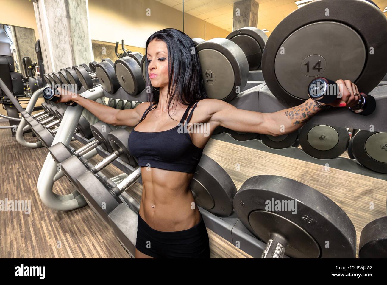 En el Gimnasio de Musculación Imagen De Stock