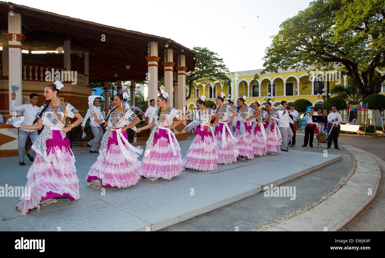 Los bailarines celebran el Día de los Muertos en México en macabro disfraces Imagen De Stock