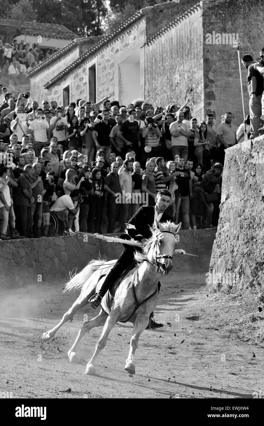 Sedilo, Cerdeña, Italia, 6/7/2013.La famosa carrera de caballos tradicional Ardia tienen lugar cada año en el mes de julio alrededor de san Costantino iglesia Foto de stock