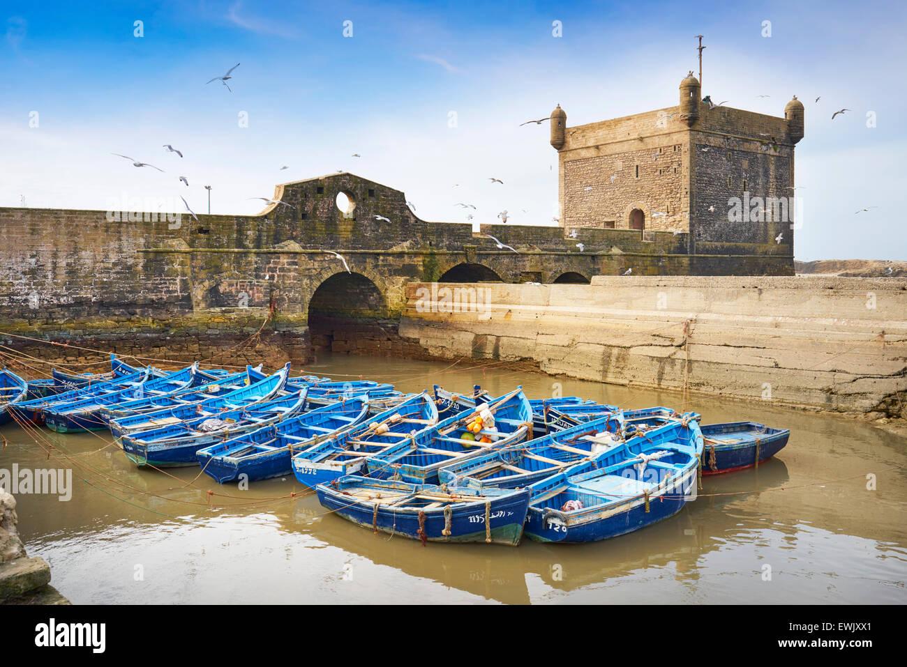 El azul de los barcos de pesca en el puerto de Essaouira, Marruecos, África Imagen De Stock