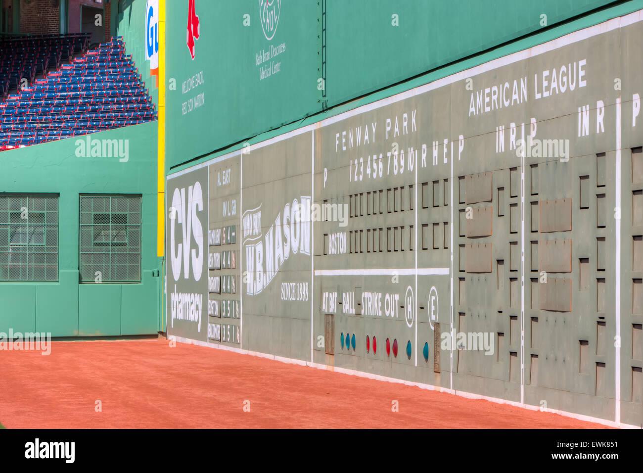 El monstruo verde, la famosa pared izquierda del campo, domina el campo icónico en Fenway Park en Boston, Massachusetts. Imagen De Stock