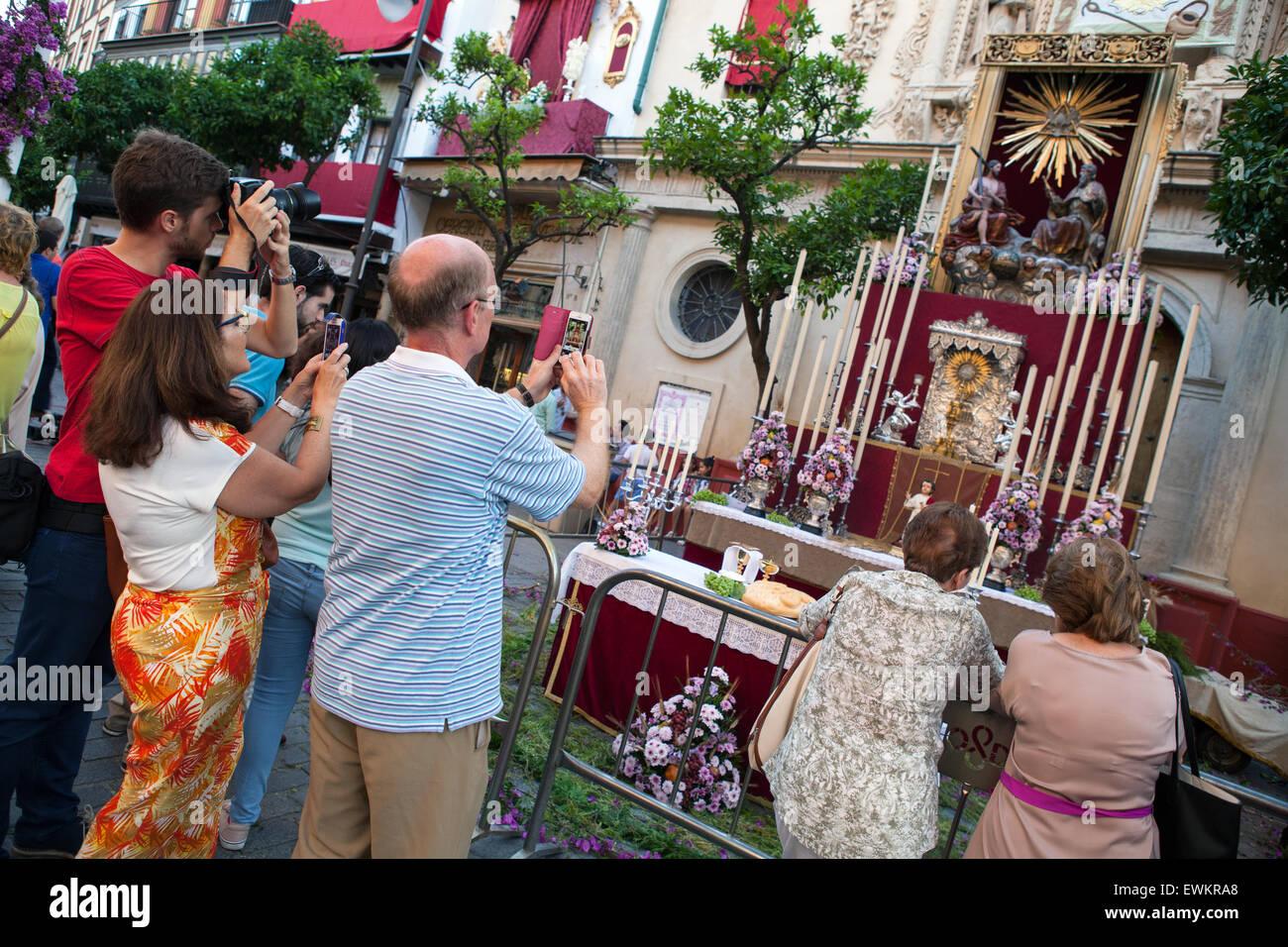Los turistas toman fotografías de un santuario en frente de la Iglesia colegial del Divino Salvador durante Imagen De Stock