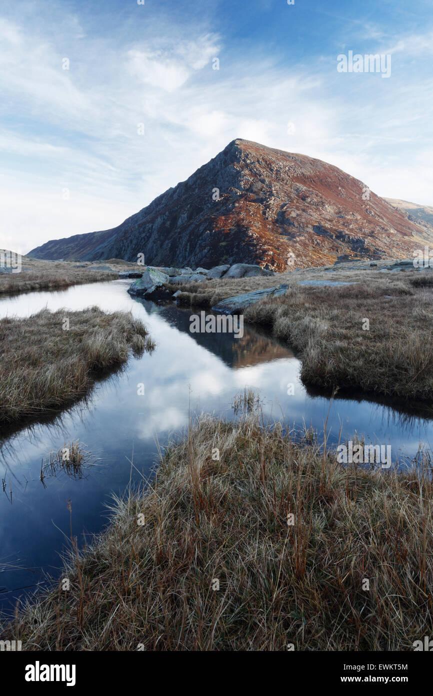 Pen yr Wen desde Cwm Idwal Ole. El Parque Nacional de Snowdonia. País de Gales. En el Reino Unido. Imagen De Stock