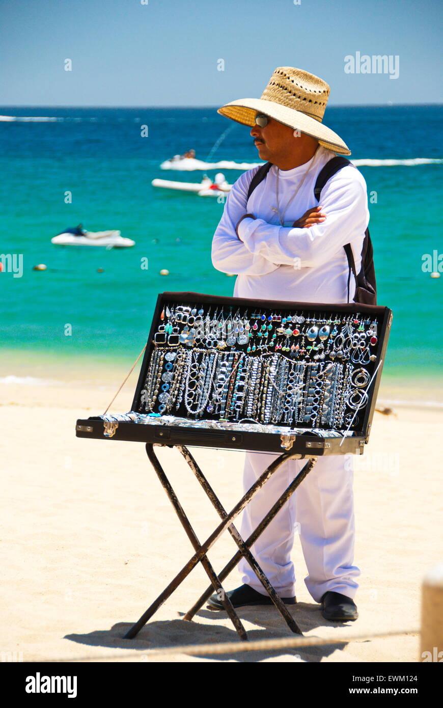 1cc171f9dc52 Hombre locales que venden joyas de plata a los turistas en la playa de Cabo  San