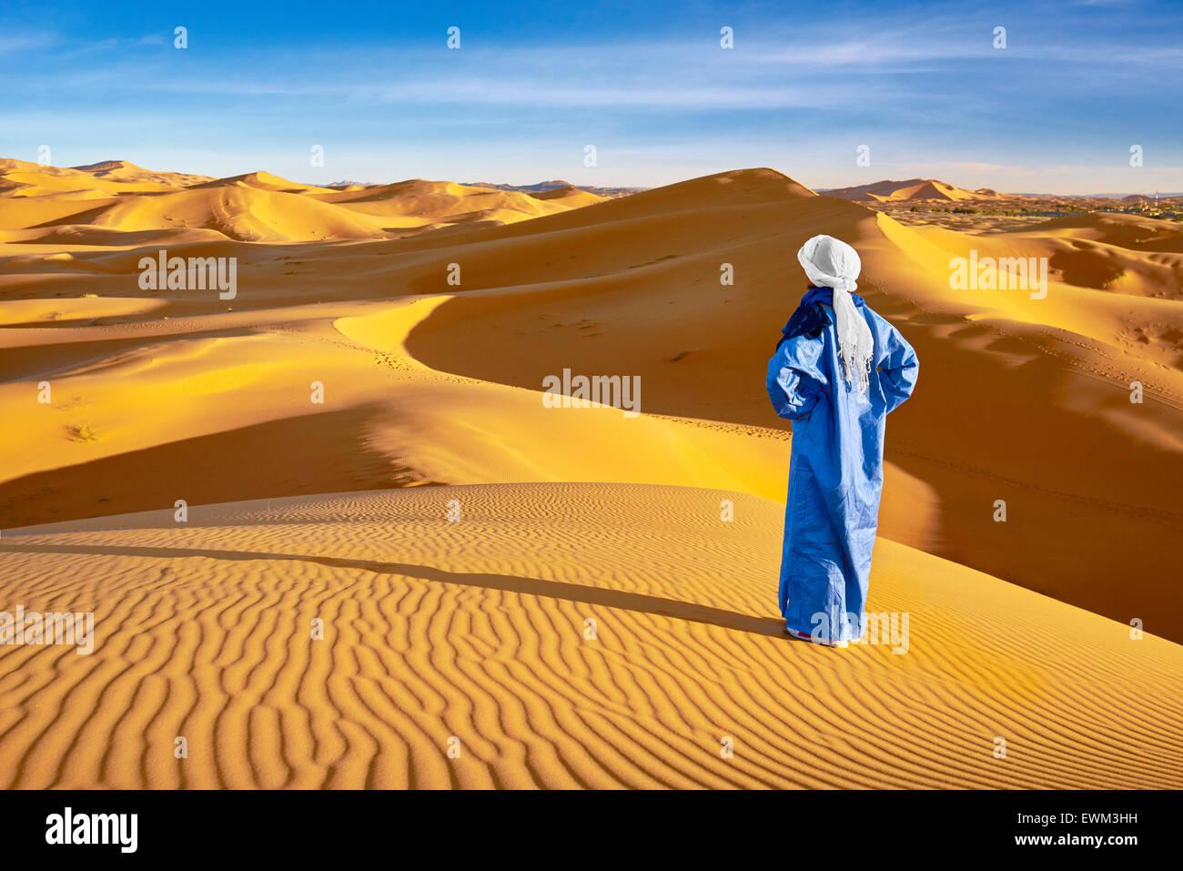 Hombre bereber, Erg Chebbi : desierto cerca de Merzouga, Sahara, Marruecos Imagen De Stock