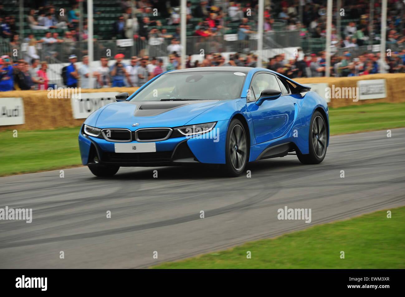Un híbrido BMW i8 en el Festival de Velocidad de Goodwood. Conductores de carreras, celebridades y miles de Imagen De Stock