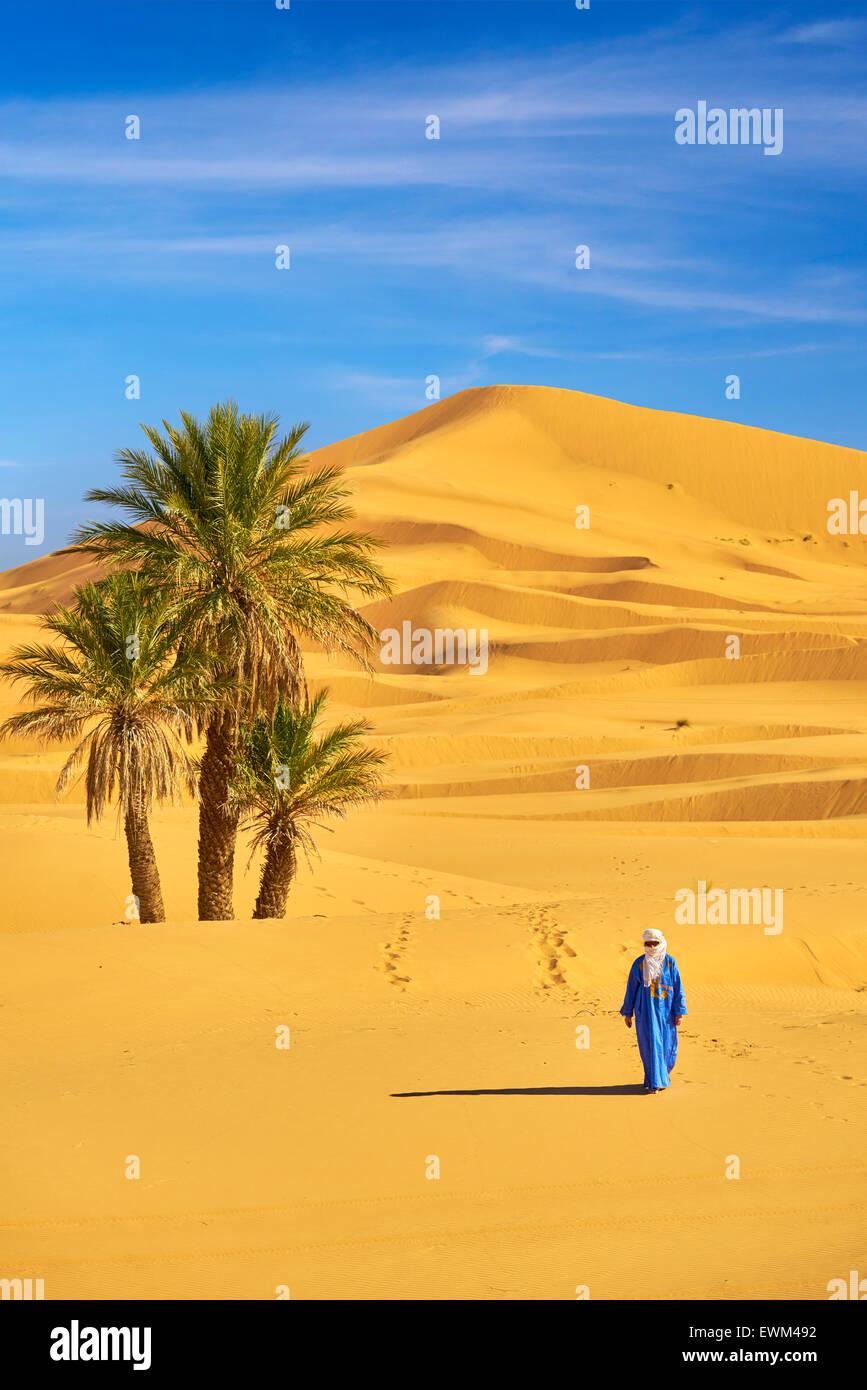 Hombre bereber, Erg Chebbi : desierto cerca de Merzouga, Sahara, Marruecos Foto de stock
