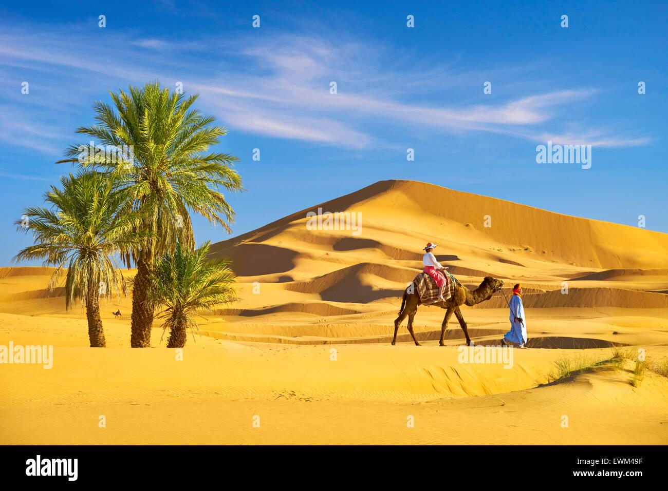 Turista de paseo en camello, Erg Chebbi : desierto cerca de Merzouga, Sahara, Marruecos Imagen De Stock