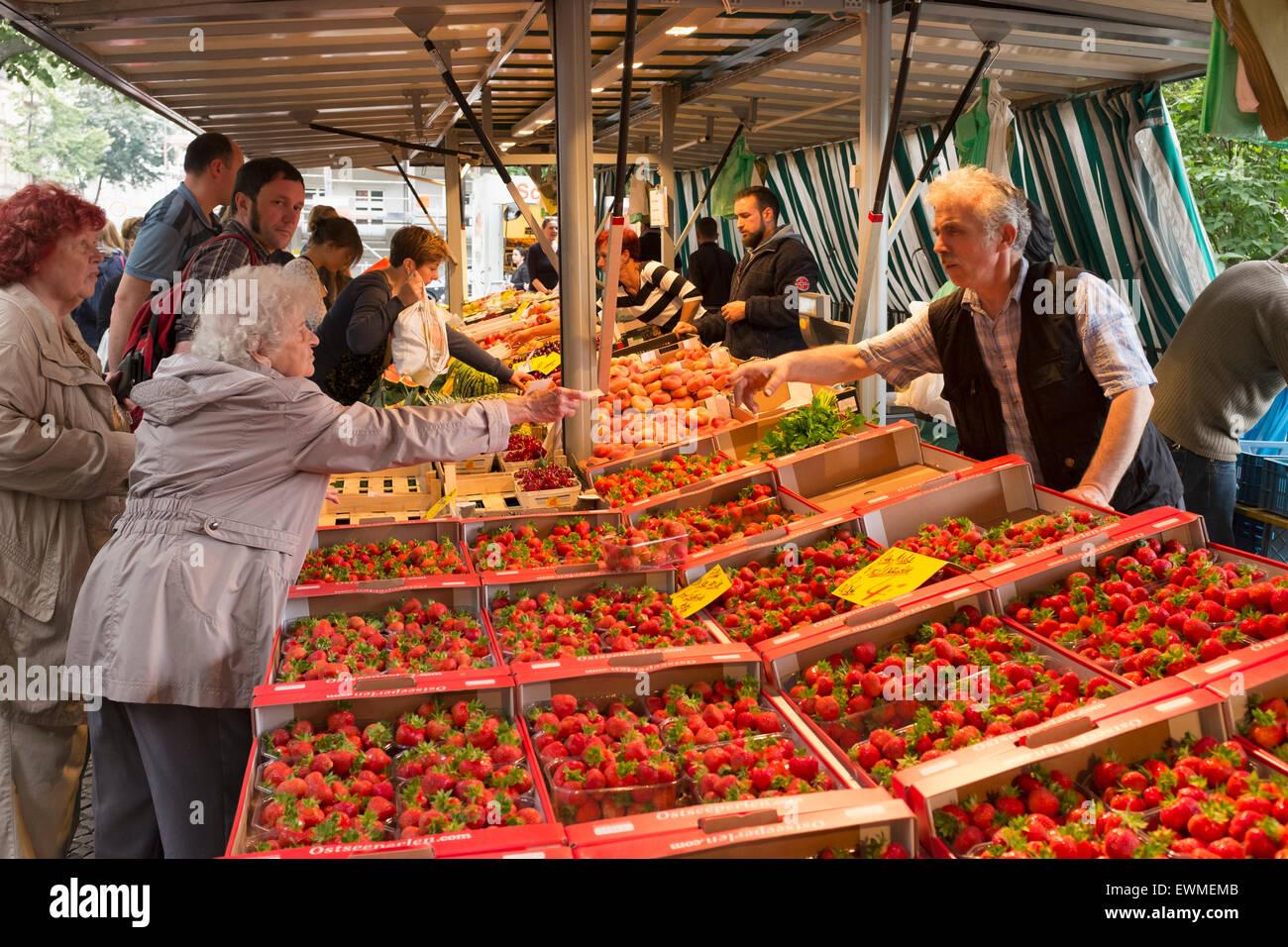 Fresas para venta en un stand en Boxhagener Platz Farmers' Market en el fin de semana en Friedrichshain Berlín Imagen De Stock
