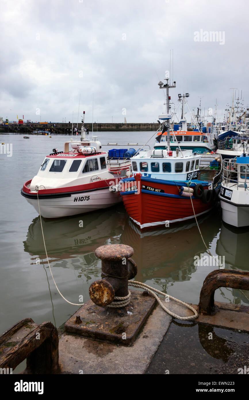 Barcos en el puerto en Bridlington, Costa de Yorkshire. Foto de stock