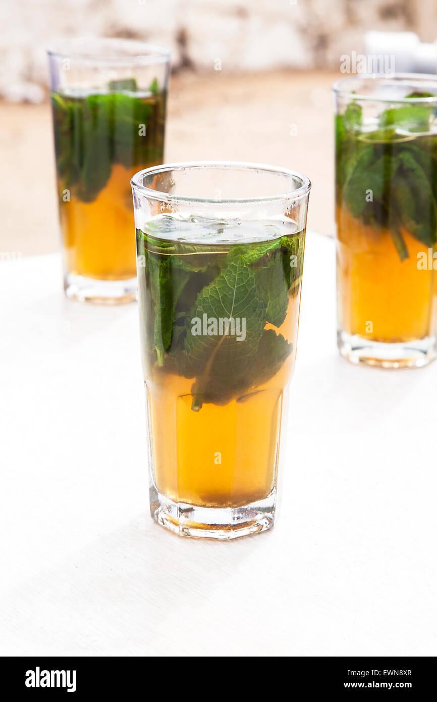 Tres vasos de té verde con menta Imagen De Stock