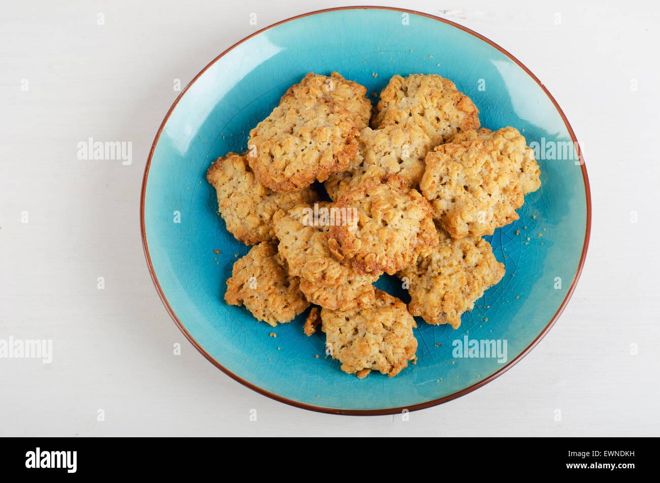 Recién horneado galletas de harina de avena en una placa de color azul. Vista superior Foto de stock