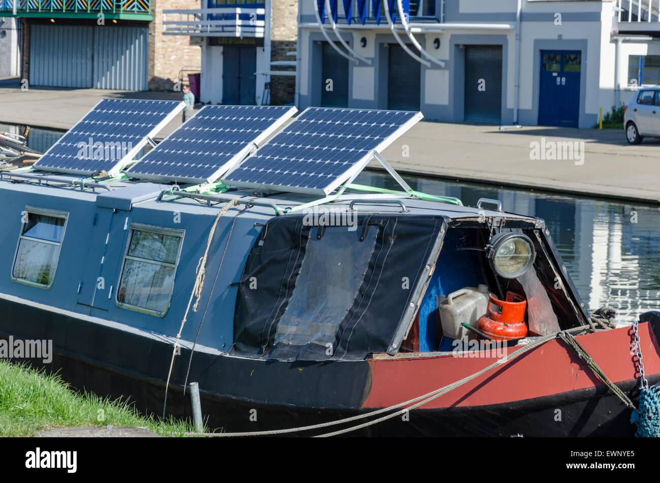 Paneles solares en un estrecho en barco por el río Cam, Cambridge, Reino Unido Imagen De Stock