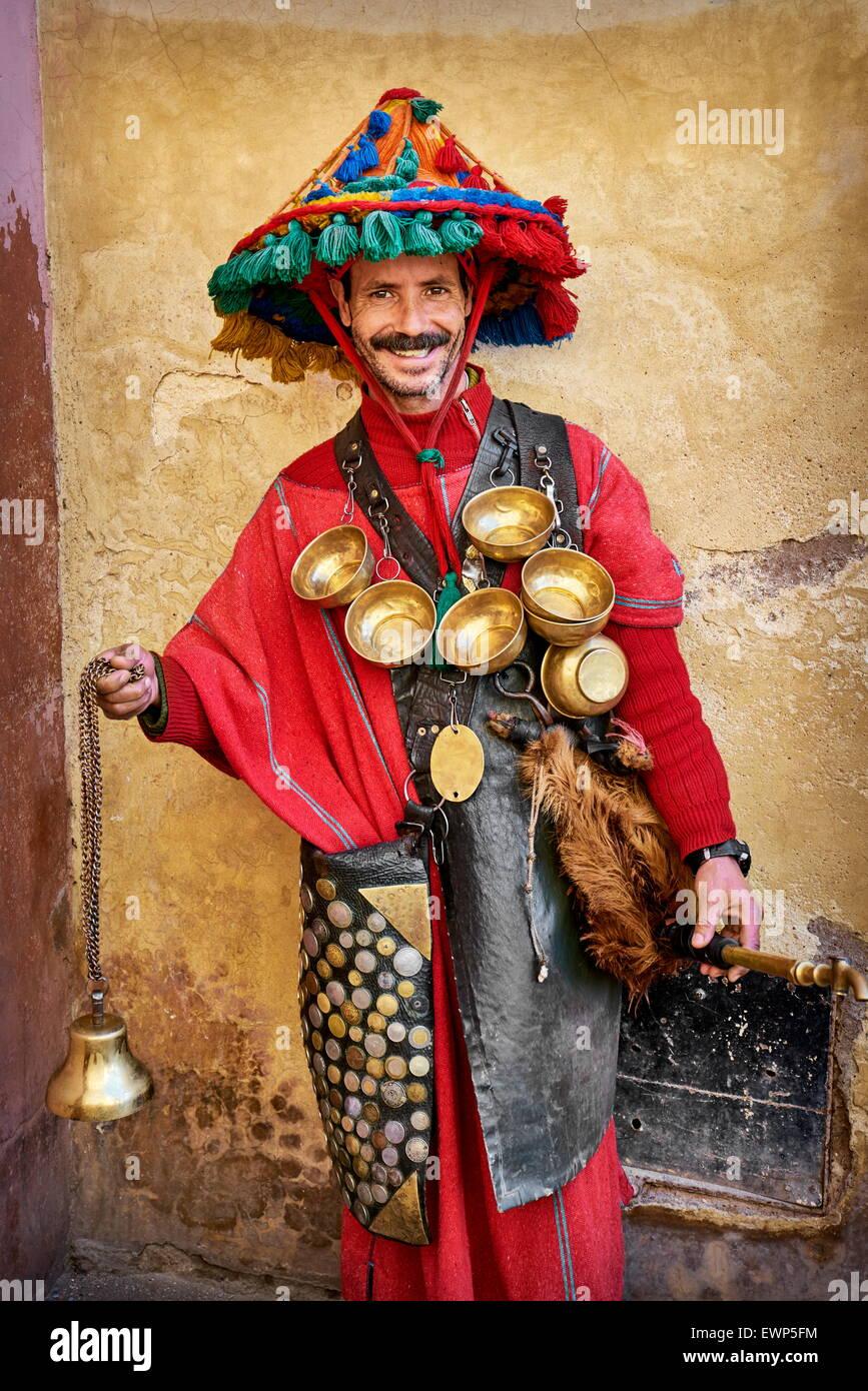 Retrato del vendedor en aguas marroquíes vestidos tradicionales, Marrakech Medina. Marruecos Imagen De Stock