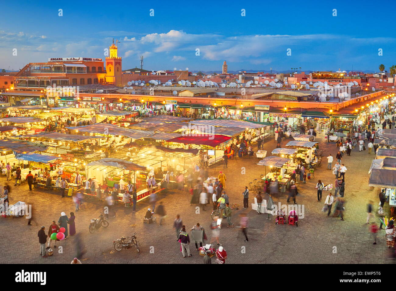 Plaza Djemaa el-Fna al atardecer, Medina Marrakech, Marruecos, África Imagen De Stock