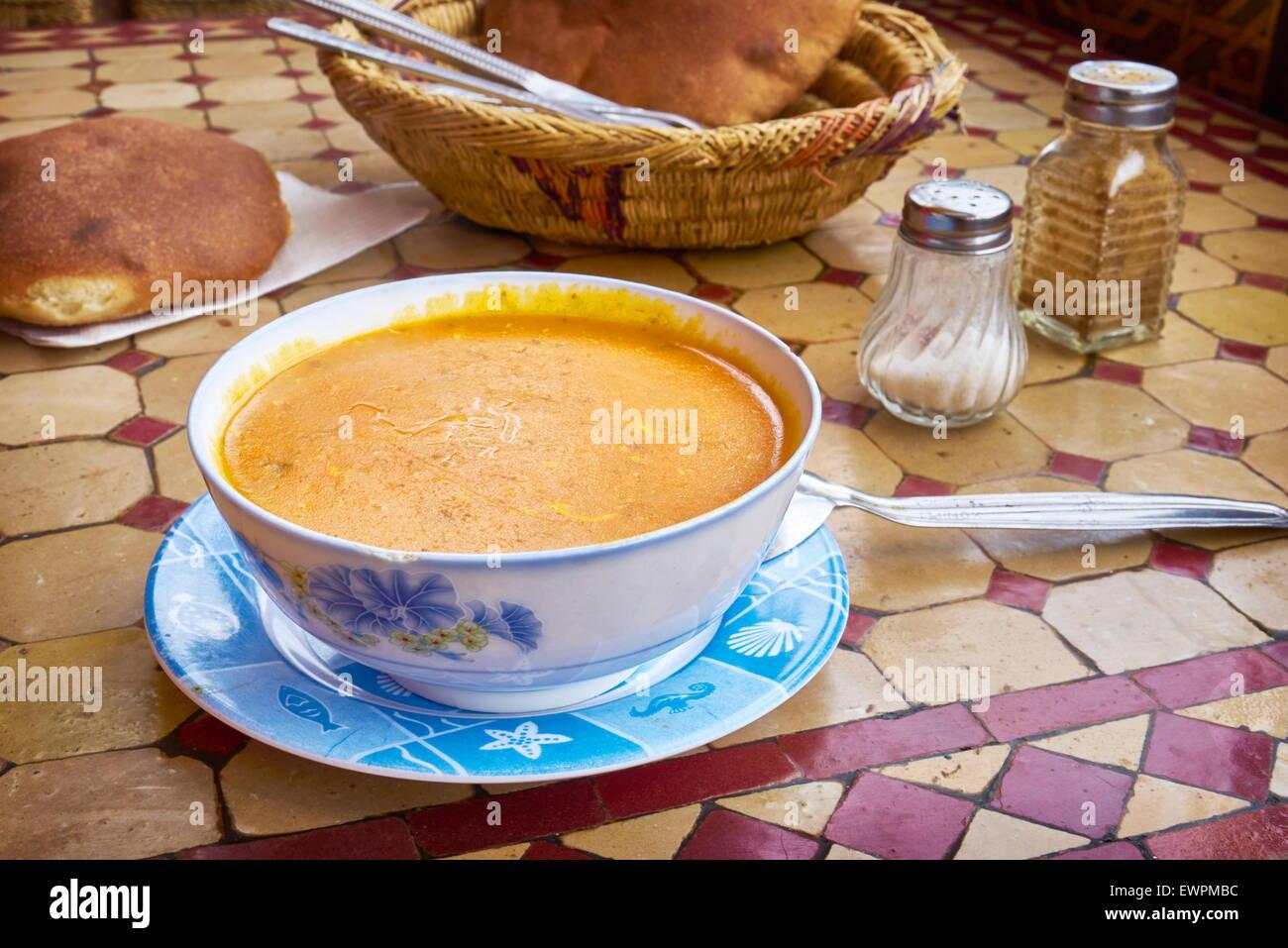 Harira, la sopa tradicional marroquí comida servida en el restaurante en la plaza Djemaa el-Fna, Marruecos, Imagen De Stock