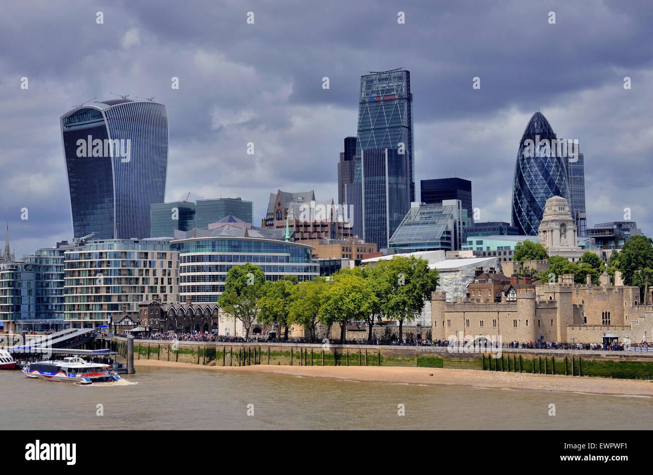 El horizonte de la ciudad, el distrito financiero de Londres, la Torre de Londres, a la derecha, el pepinillo detrás, Foto de stock