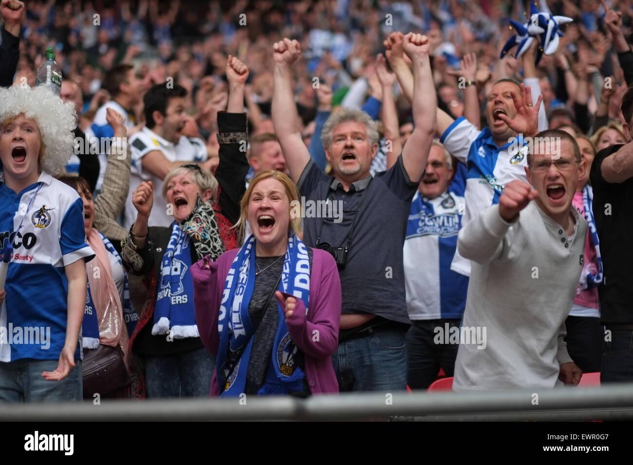 Brisol Rovers fans celebran la victoria en la final de conferencia Vanarama play off vs Grimsby Town en el Wembley Foto de stock