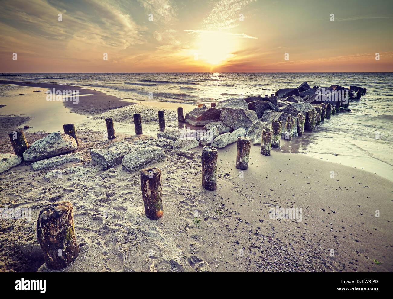 Estilo Vintage Retro hermosa puesta de sol sobre la costa del Mar Báltico, Miedzyzdroje en Polonia. Imagen De Stock