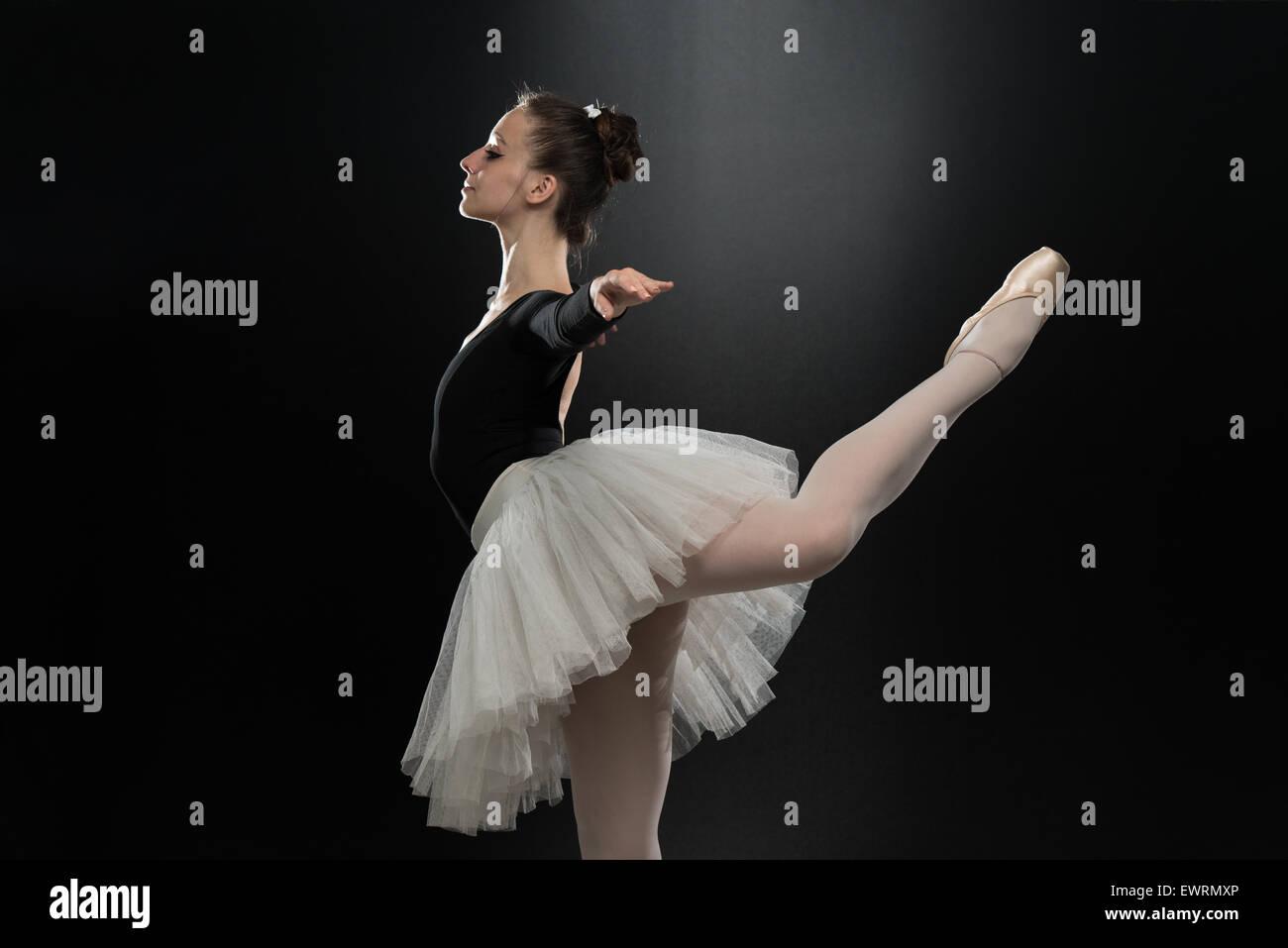 Mujer hermosa bailarina de ballet sobre un fondo negro