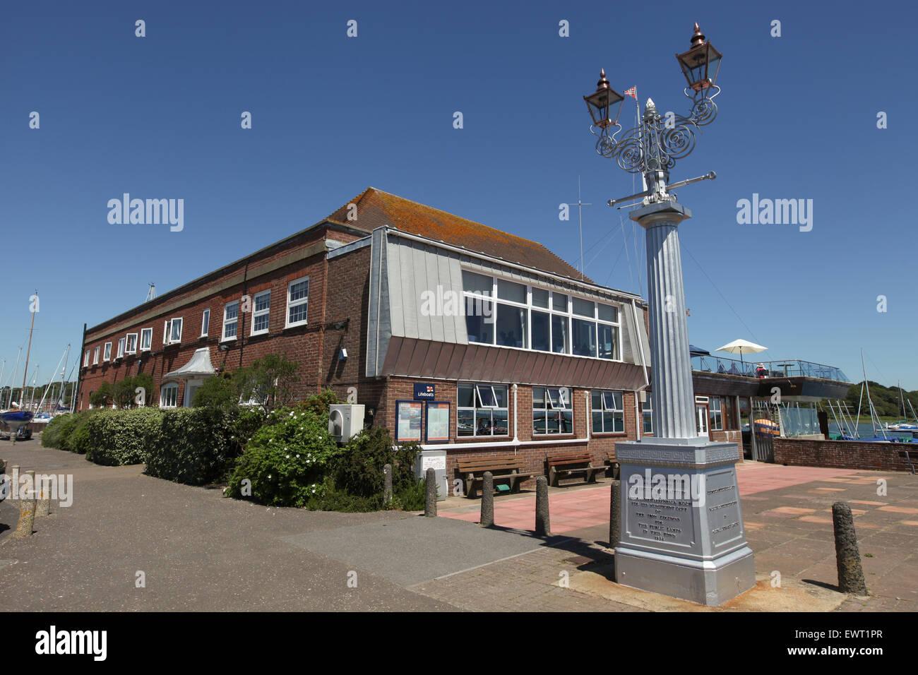 Lymington Royal Yacht Club y lámpara de gas monumento erigido en 1832 en memoria del Almirante Sir Harry Burrard Imagen De Stock