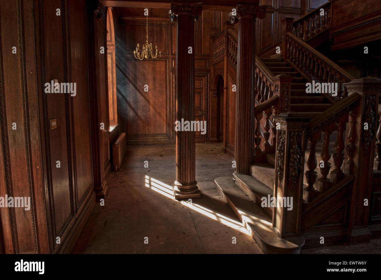 Ebanistería ornamental en la escalera en el Orfanato Silverlands, Chertsey, Surrey, Reino Unido Imagen De Stock