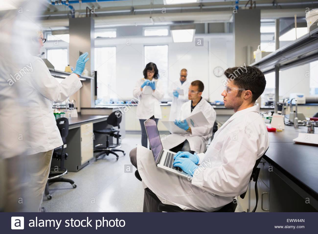 Los estudiantes de ciencias tomando notas en laboratorio Imagen De Stock