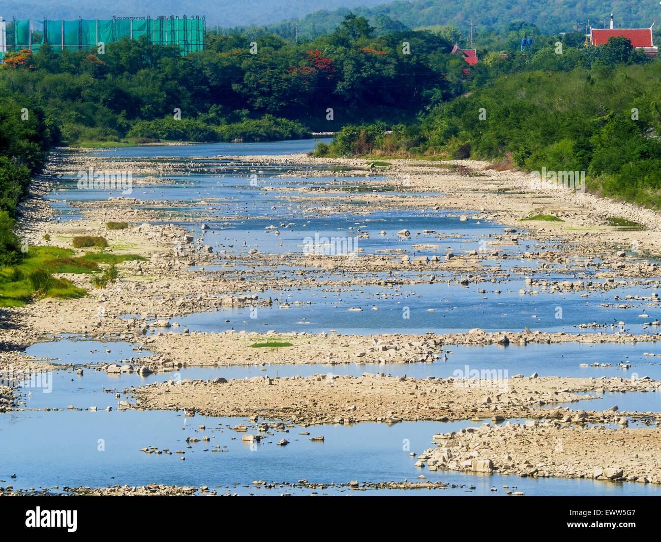 Nong Bua, Lopburi, Tailandia. El 1 de julio de 2015. El principal canal de riego que sale Pa Sak Dam es seco. Normalmente es completamente llena en esta época del año. Tailandia Central está compitiendo con la sequía. Según una estimación, aproximadamente el 80 por ciento de las tierras agrícolas de Tailandia está en condiciones similares a las de la sequía y los agricultores han dicho que dejan de sembrar nuevas siembras de arroz, el principal cultivo comercial del área. Agua en los embalses están por debajo del 10 por ciento de su capacidad, un registro bajo. En algunos depósitos de agua es tan baja, el agua ya no fluye a través de las gradas y en su lugar tiene que ser bombeado fuera del depósito A Foto de stock