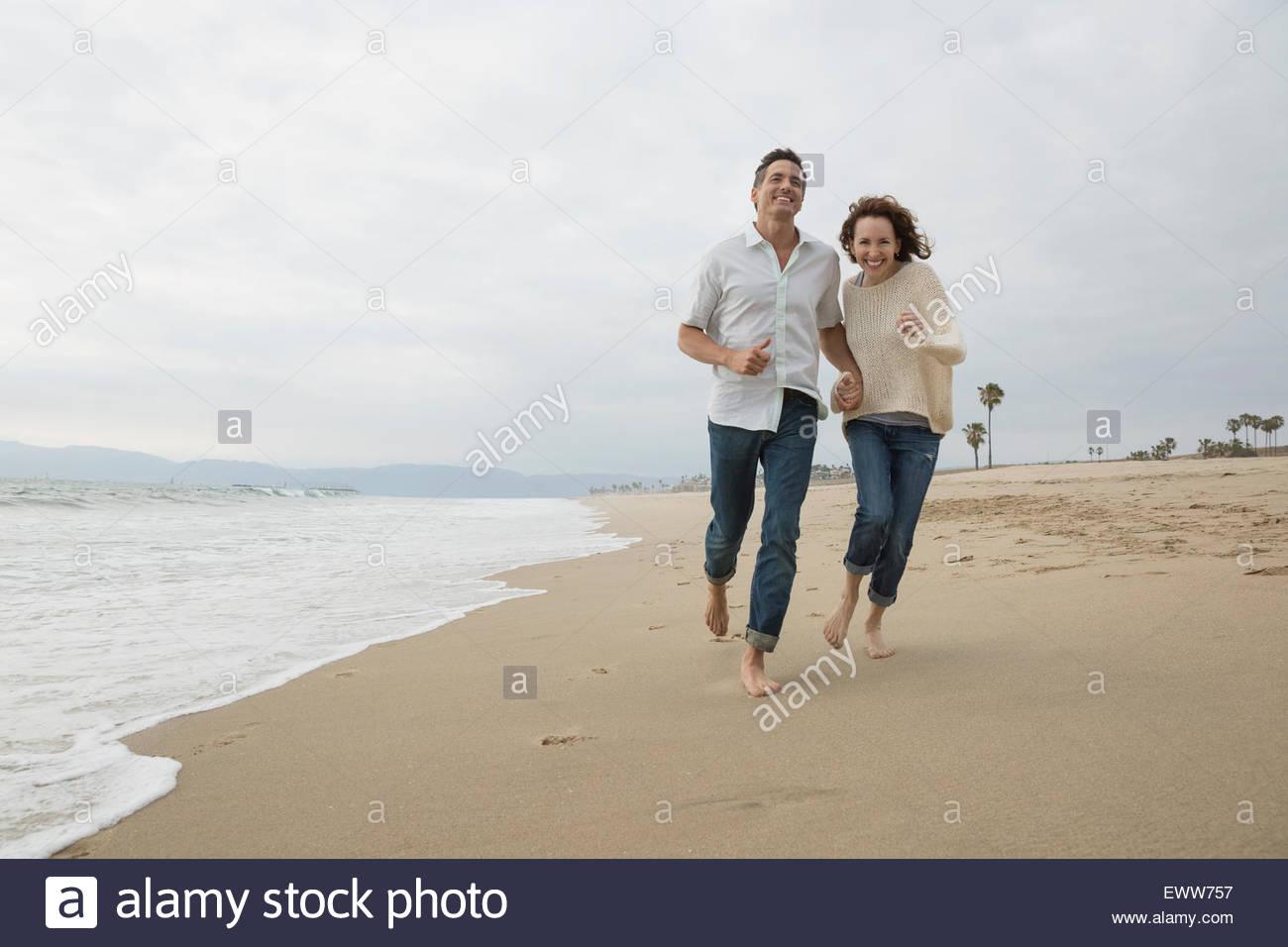 Energetic par ejecutar en la playa Imagen De Stock