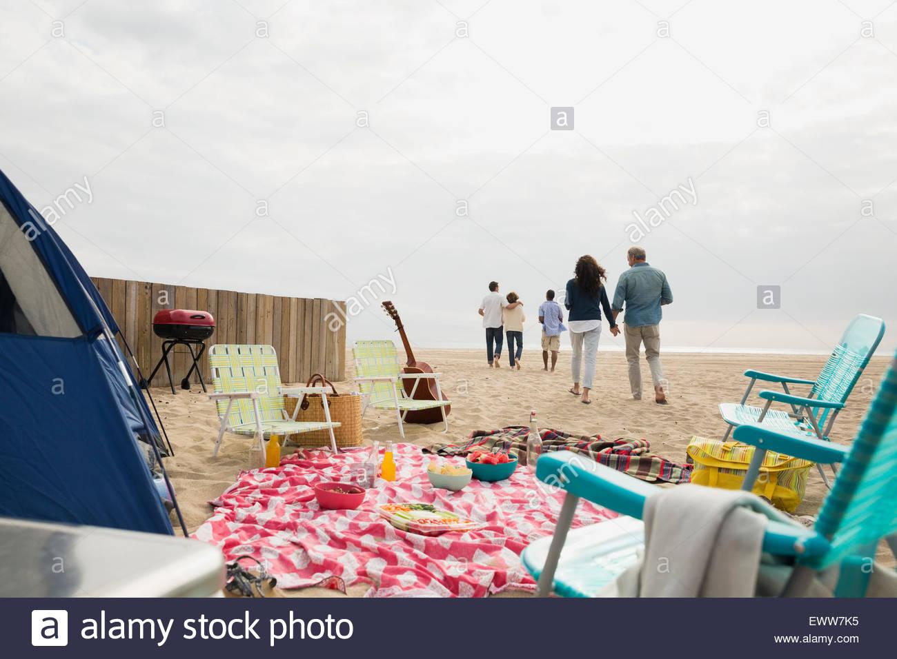 Amigos andando de picnic en la playa Imagen De Stock
