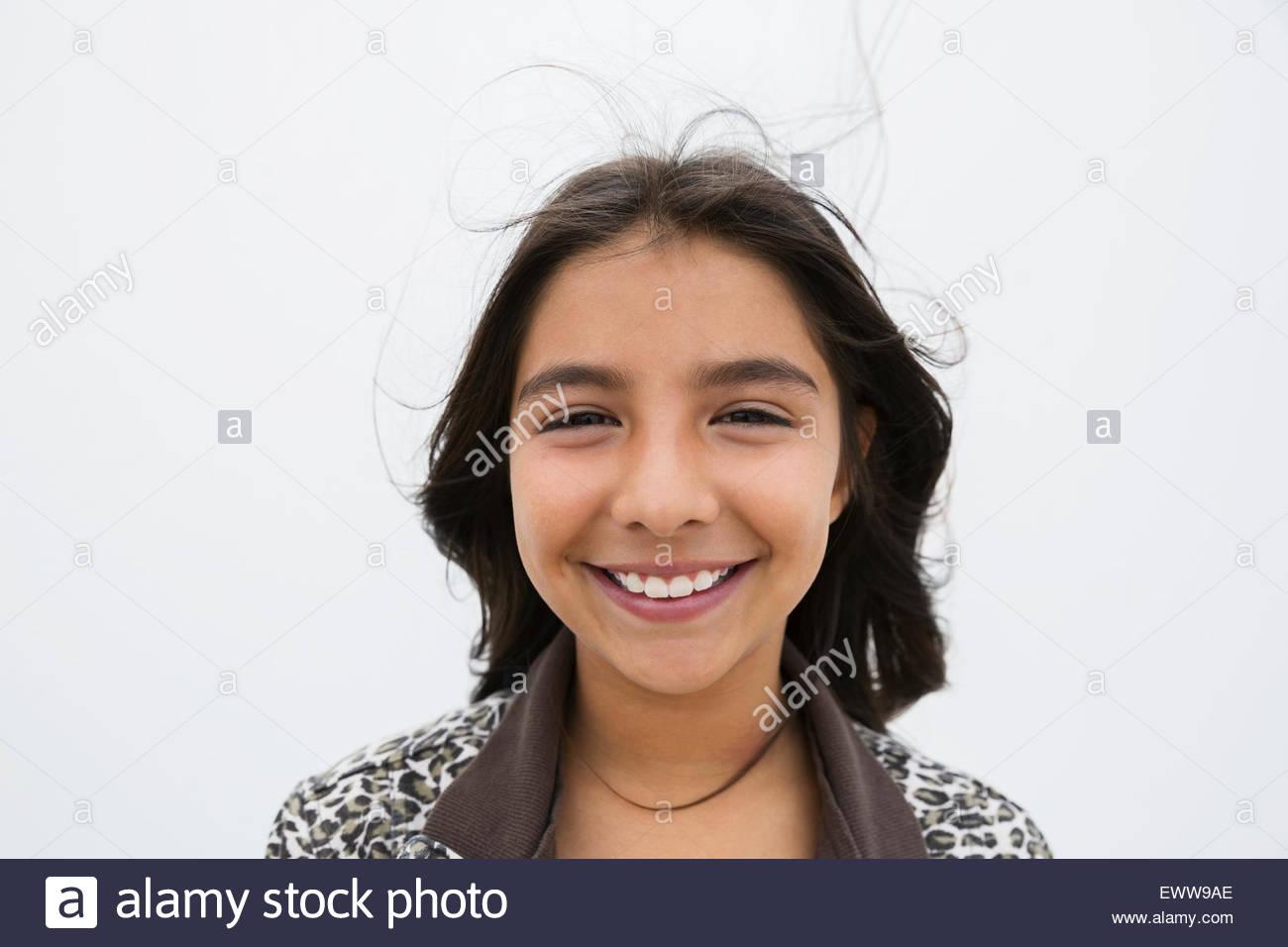 Retrato sonriente niña morena Imagen De Stock