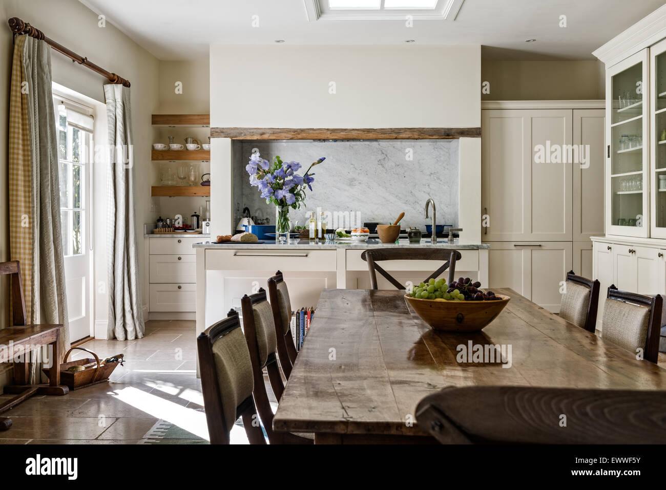 Mesa de comedor con sillas antiguas en cocina abierta, comedor con ...