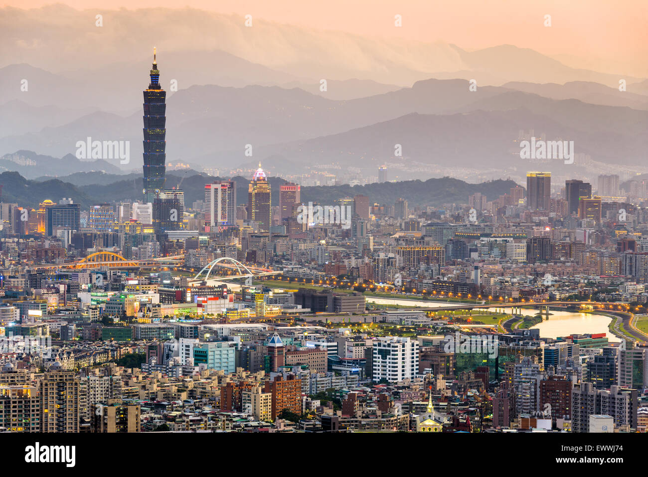 El horizonte de la ciudad de Taipei, Taiwan. Imagen De Stock