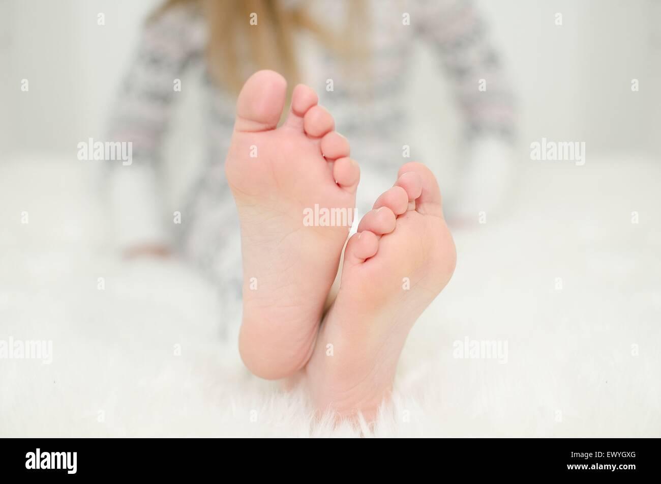 Cerca de una de las niñas pies Imagen De Stock