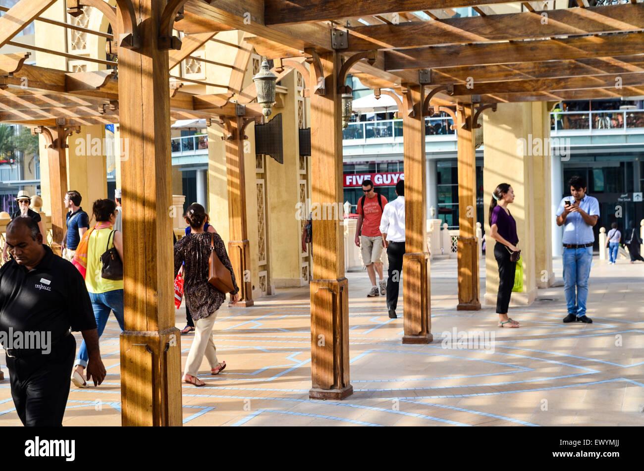 Los turistas que caminan por el lago del Burj Khalifa en el Dubai Mall Foto de stock