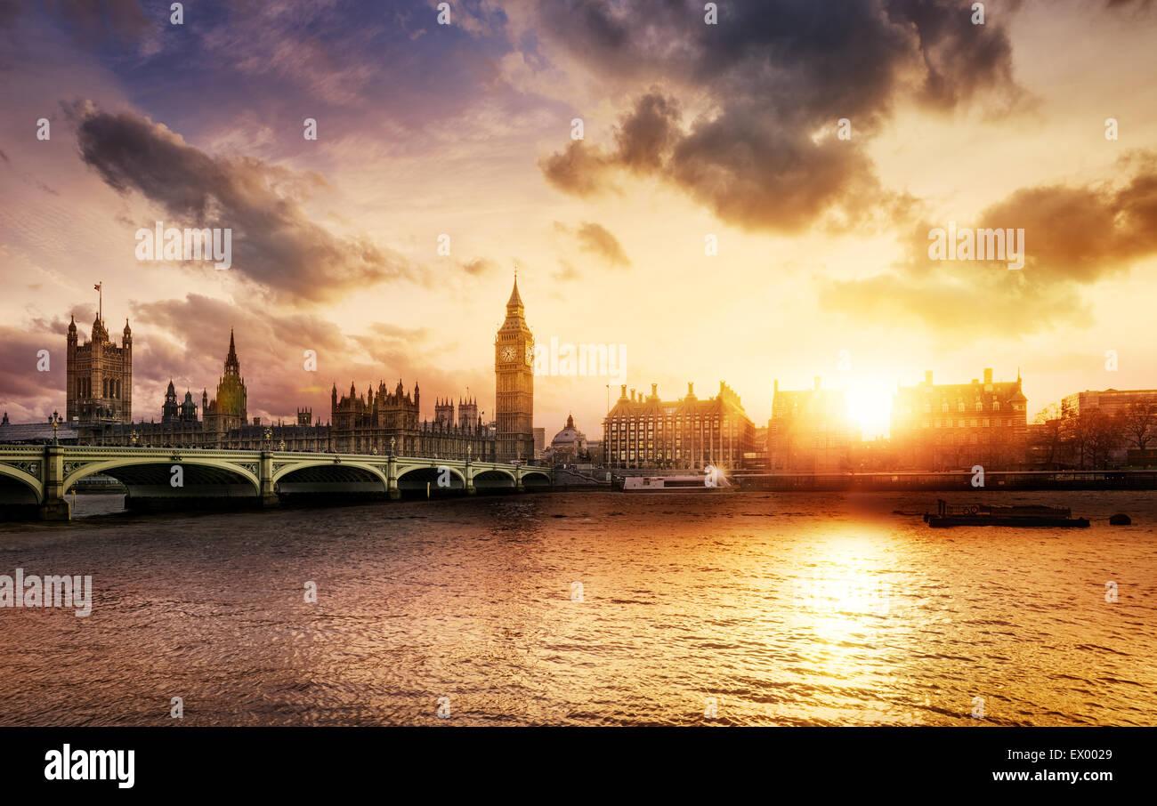 El Big Ben y Westminster Bridge al anochecer, Londres, Reino Unido. Imagen De Stock