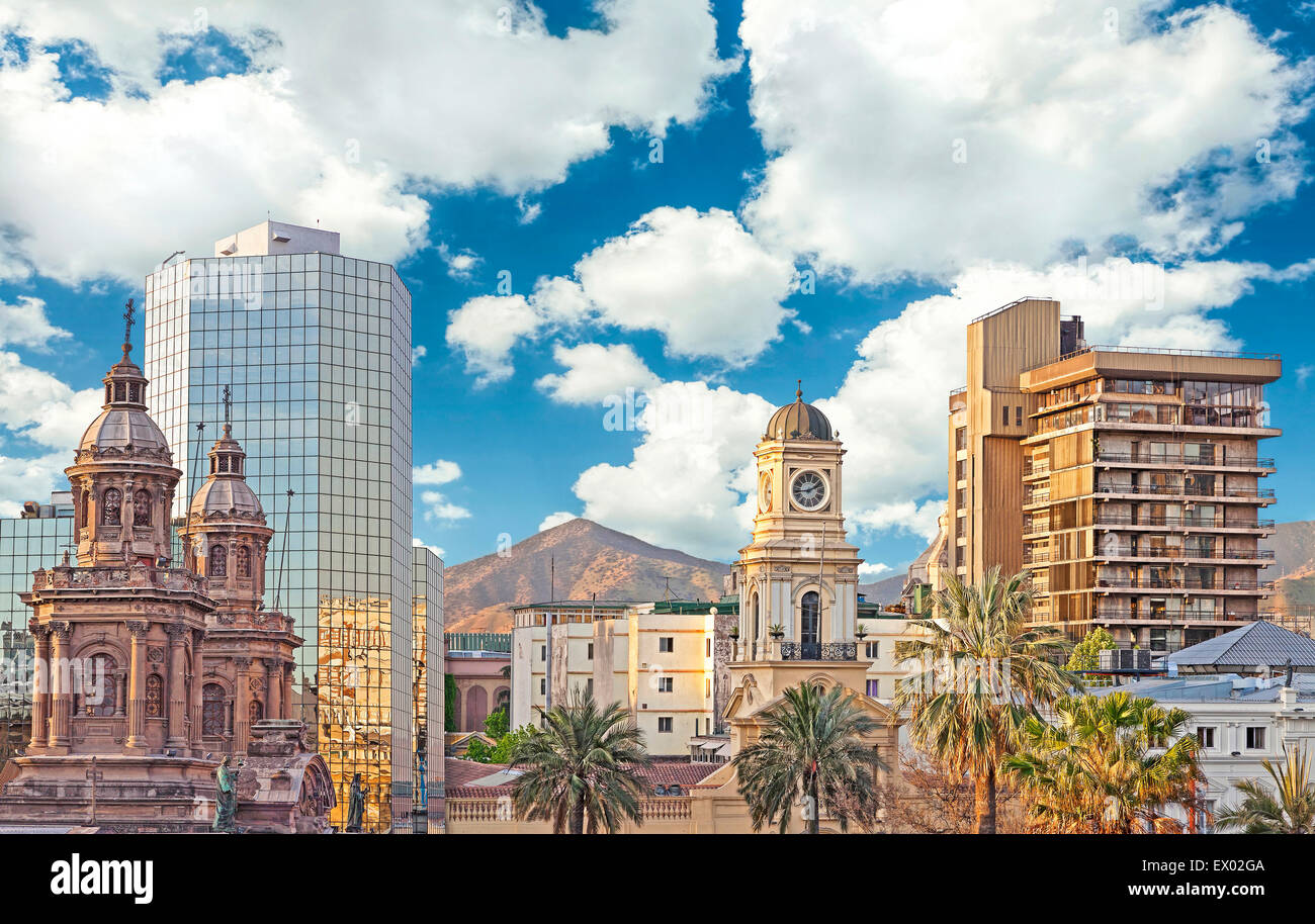 Santiago de Chile, en el centro de la ciudad, modernos rascacielos mezclados con edificios históricos, Chile. Imagen De Stock
