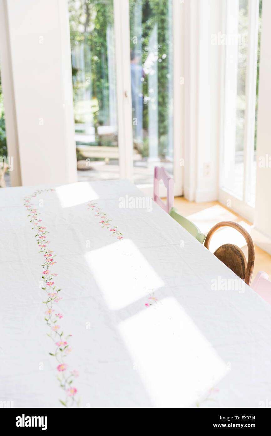 La luz del sol sobre la mesa de comedor con mantel blanco Imagen De Stock