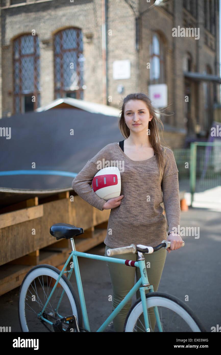 Retrato de mujer ciclista de Riga, Letonia. Imagen De Stock