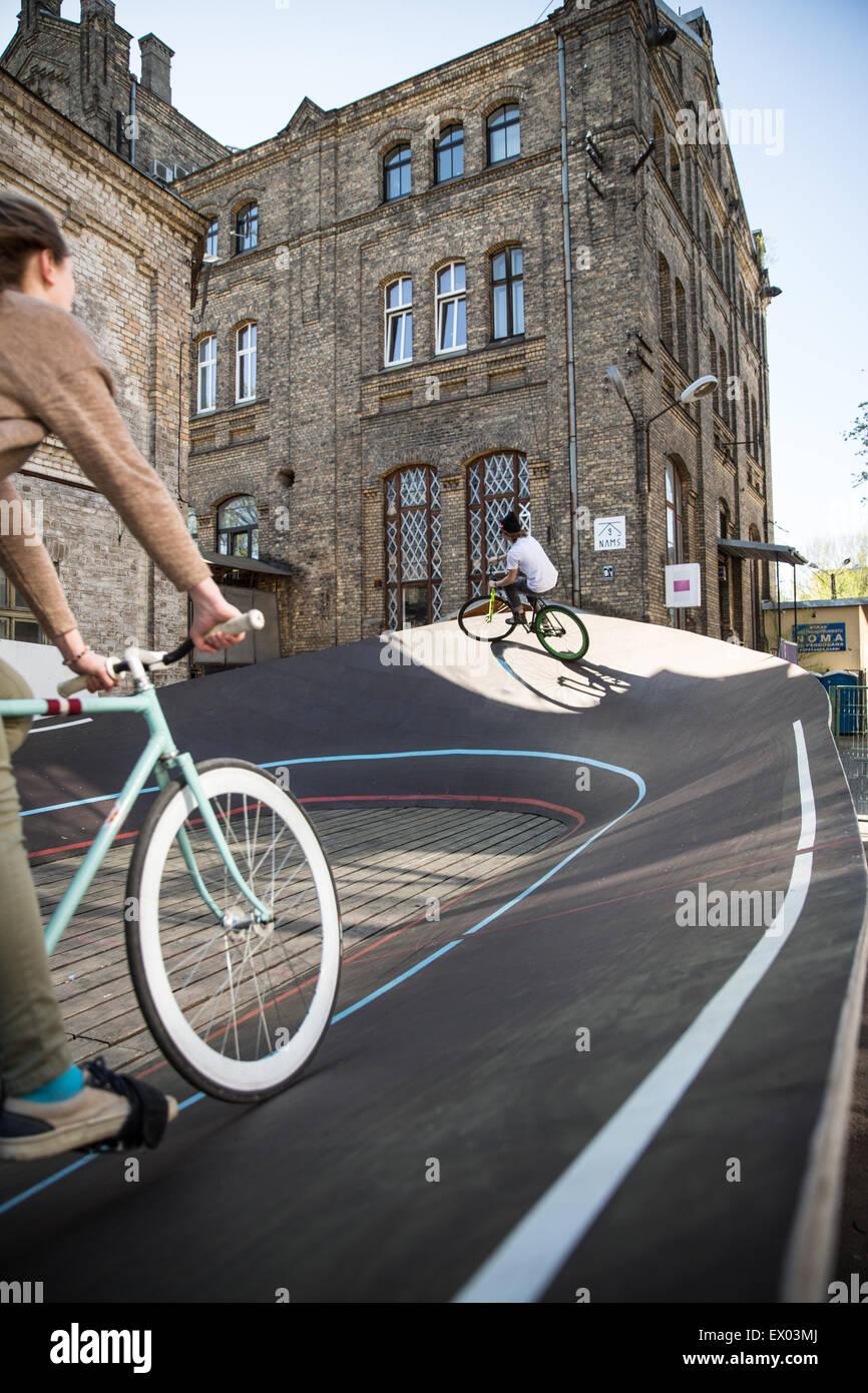 Carreras ciclistas masculinos y femeninos cuesta arriba en el velódromo de la ciudad de Riga, Letonia. Imagen De Stock
