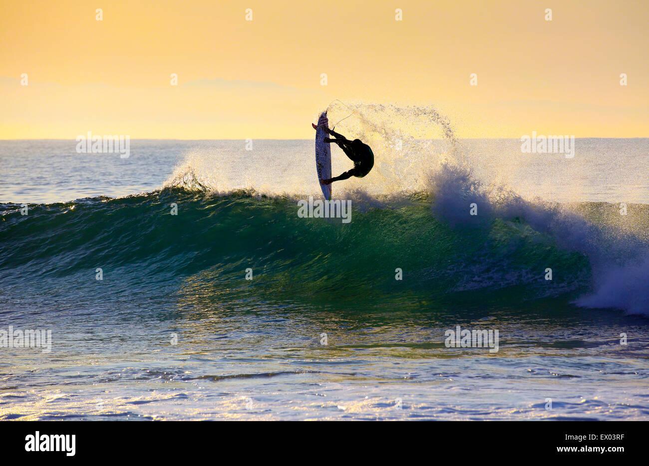 Jeffrey's Bay, Sudáfrica. El 03 de julio de 2015. Brasileño Adriano De Souza realiza una antena durante una mañana Foto de stock