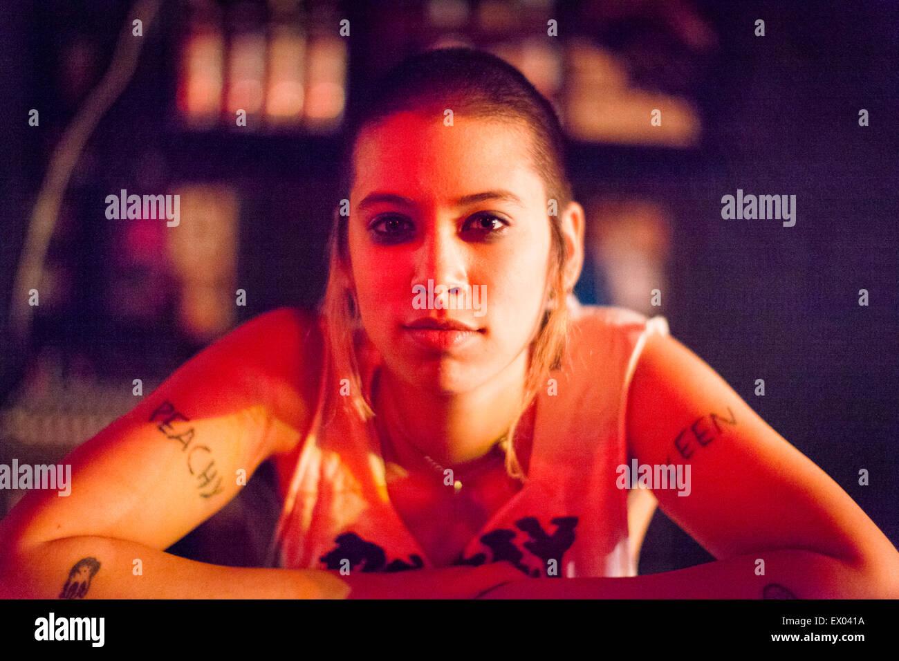 Retrato de chica punk, descansando sobre las armas Foto de stock
