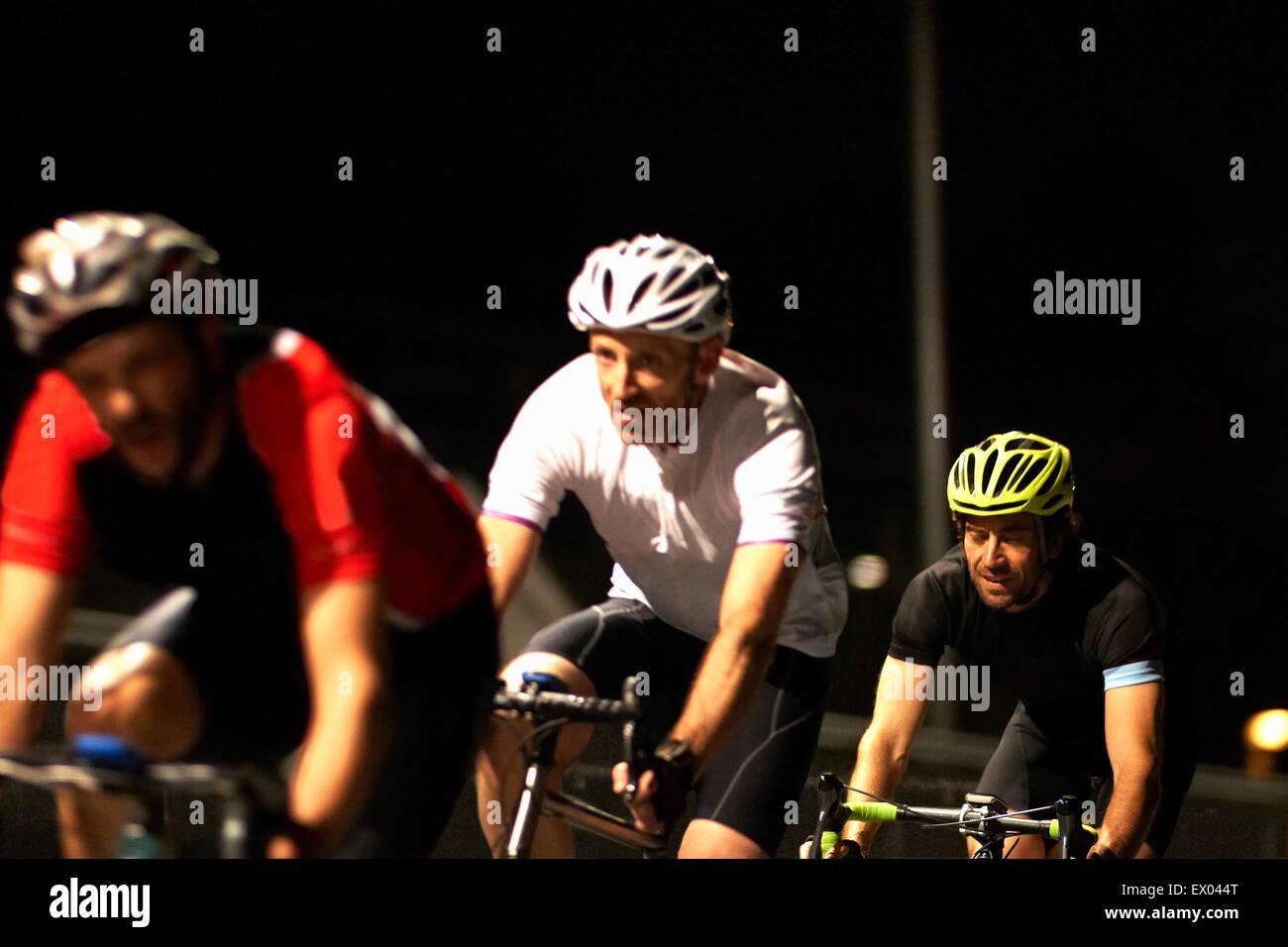 Los ciclistas ciclismo en pista en el velódromo Foto de stock
