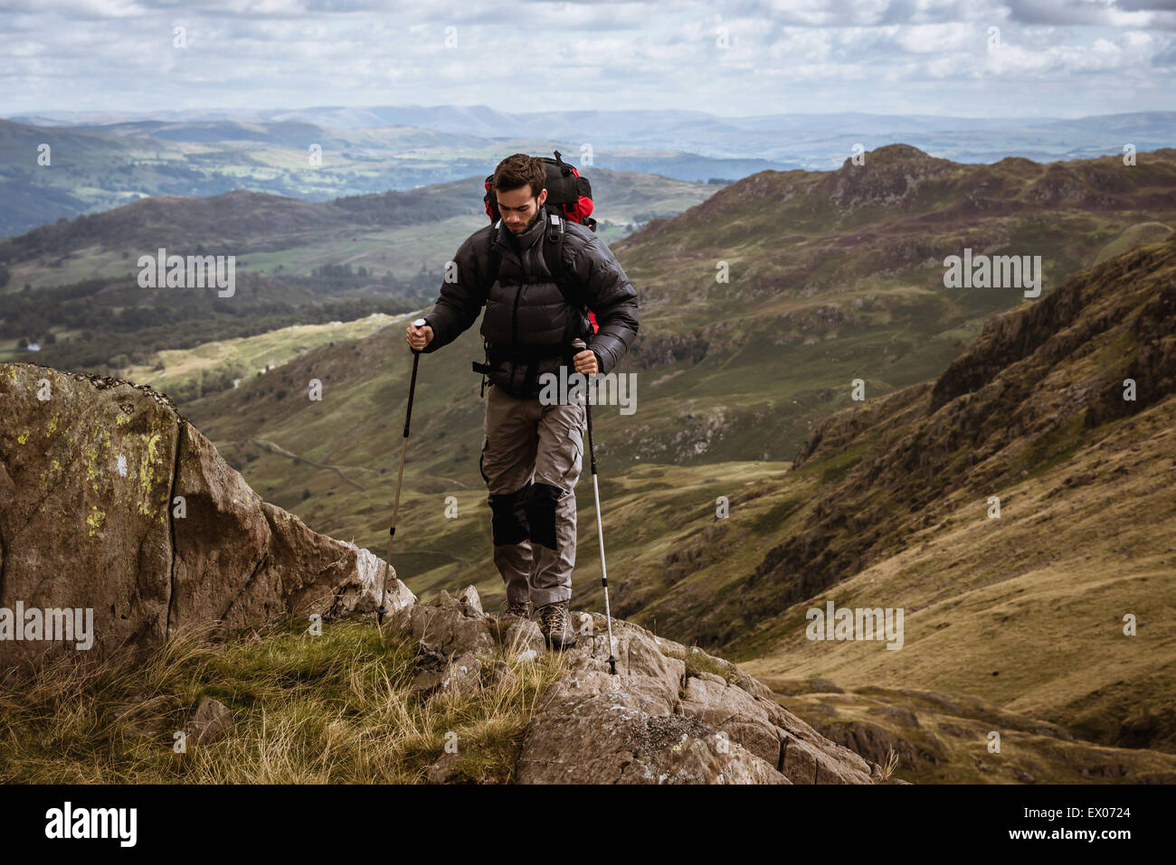 Macho joven excursionista sube, el distrito de los lagos de montaña, Cumbria, Reino Unido Imagen De Stock